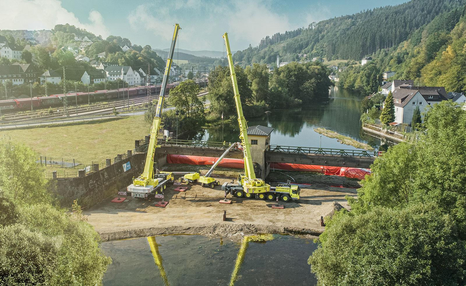 Sanierung der Wehrwalzen in Finnentrop - Ausbau mit 2 Kranen und 2 Arbeitsbühnen